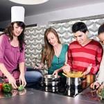 amigos cozinhando em casa