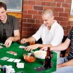 amigos jogando poker em casa