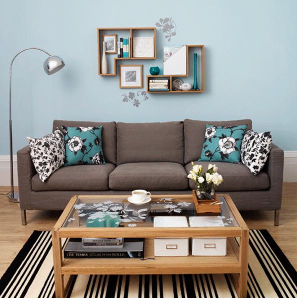 Sofá marrom com uma parede azul claro