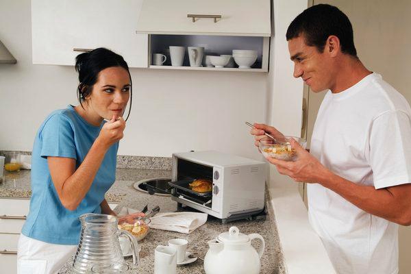 família comendo comida feita em forno elétrico branco