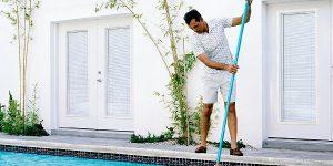 limpando a piscina