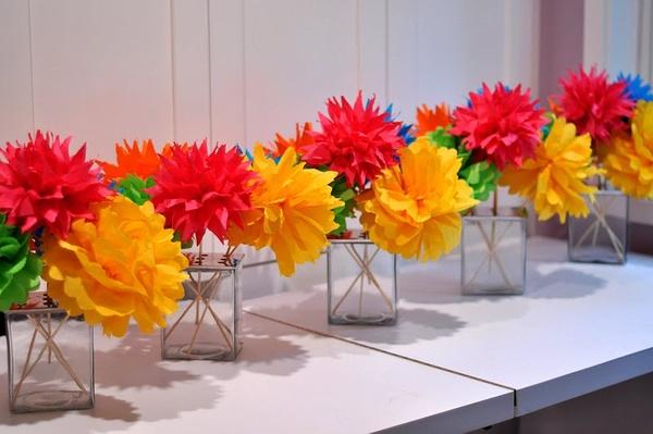 como fazer decoração com flor de papel