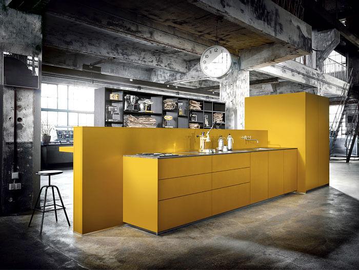 Cozinha amarela com cinza