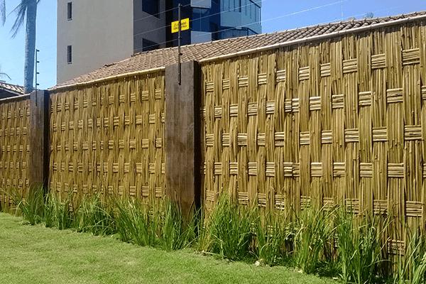 Muro de bambu e madeira