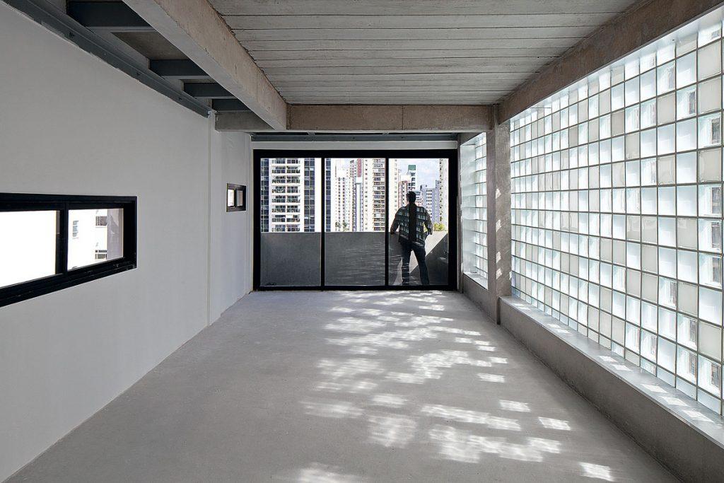 corredor com bloco de vidro
