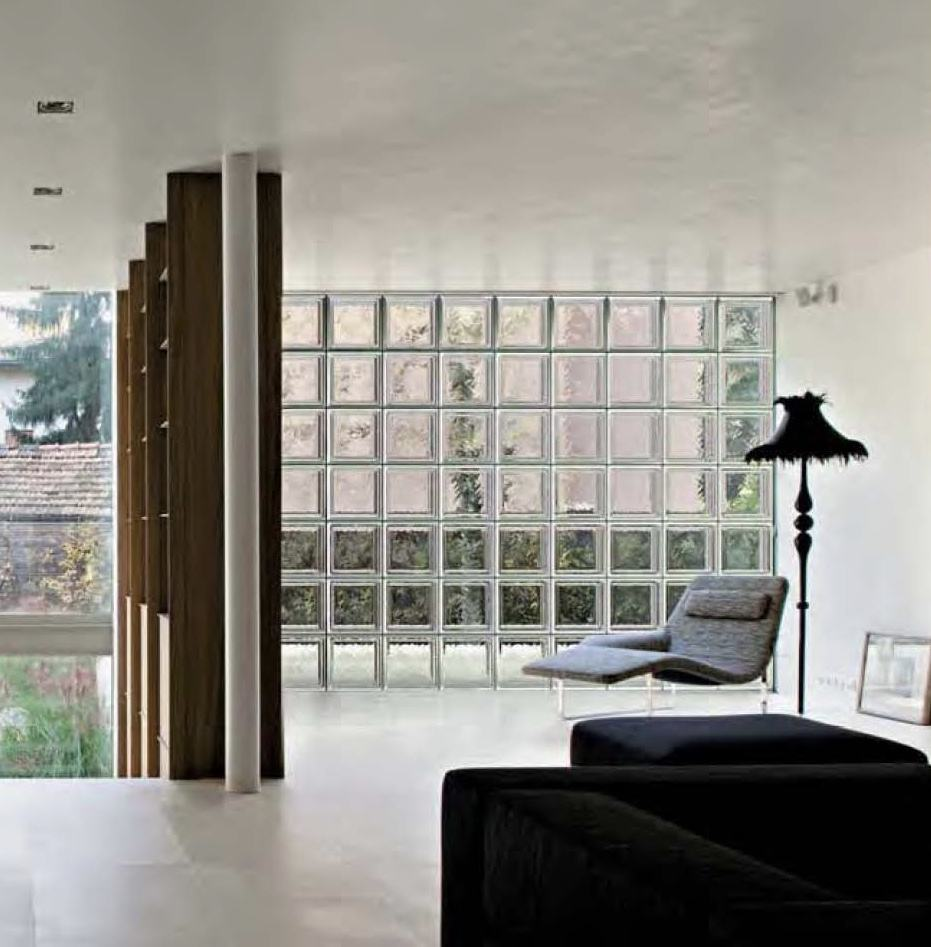 sala com bloco de vidro