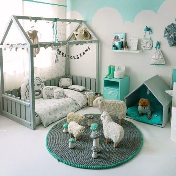 quarto com cama montessoriana cinza