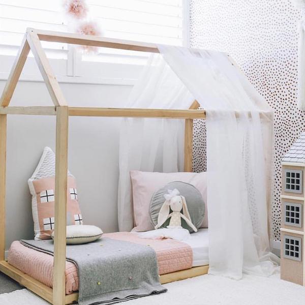 cama montessoriana com cortina branca