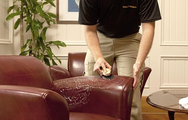 homem limpando sofá