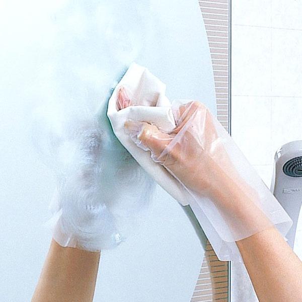 mão limpando um espelho