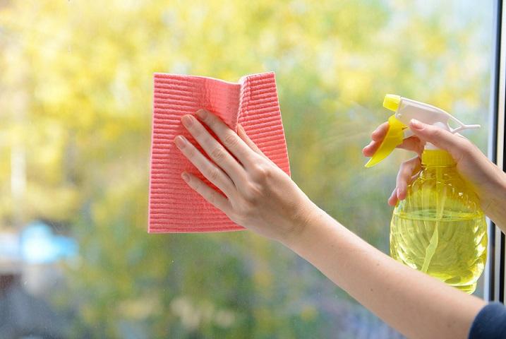 mão limpando vidro com pano