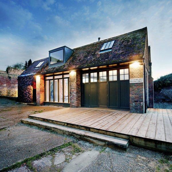 fachada de casa com revestimento de tijolos aparentes