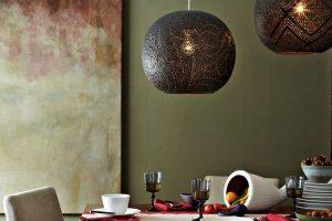 luminária pendente sobre mesa de jantar