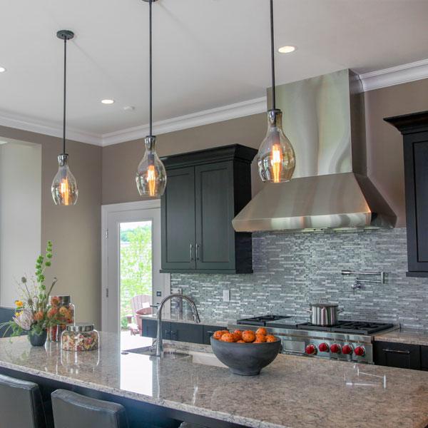 luminária pendente sobre bancada de cozinha