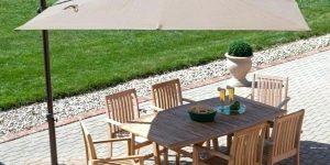 ombrelone sobre mesa em área externa