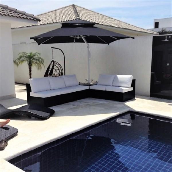 área de piscina com ombrelone preto