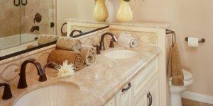 bancada de mármore em banheiro