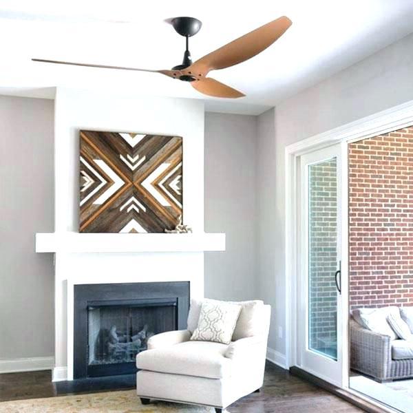 sala de estar com ventilador de teto