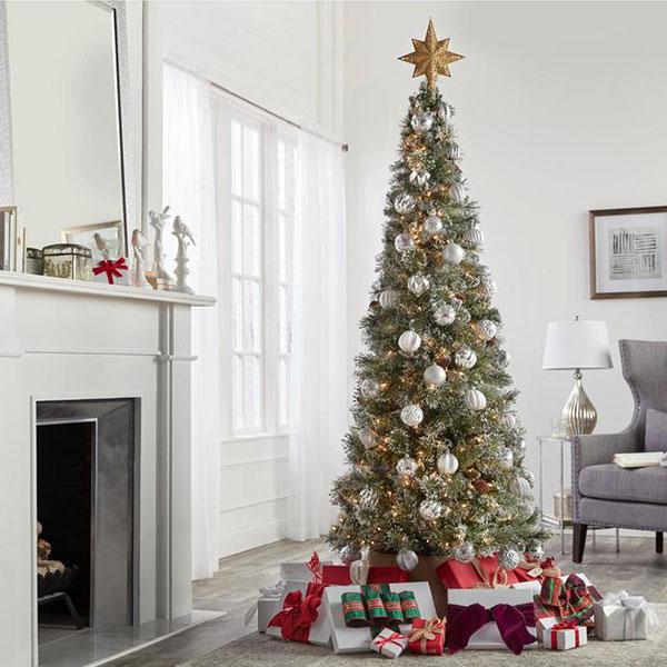 árvore de natal perto de lareira