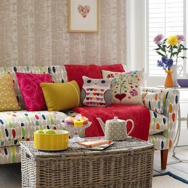 almofadas coloridas em sofá