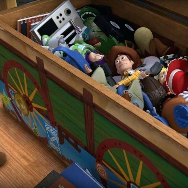 baú cheio de brinquedos