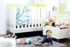 criança sobre um tapete em quarto infantil