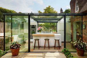 cozinha ao ar livre em caixa de vidro
