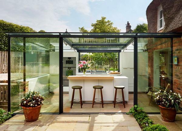 cozinha com paredes e teto de vidro