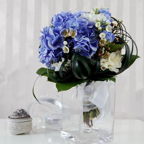 arranjo de flores azuis em vaso