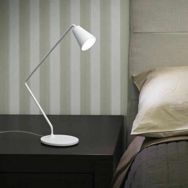 luminária sobre criado-mudo