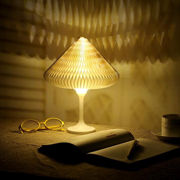 luminária de mesa em canto de estudo