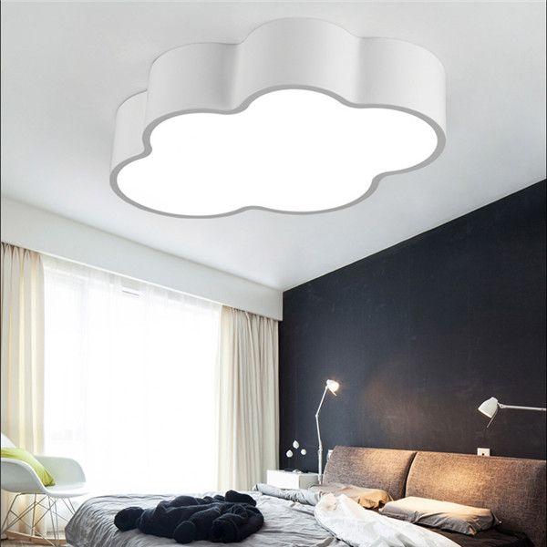 quarto com luminária de teto e de mesa