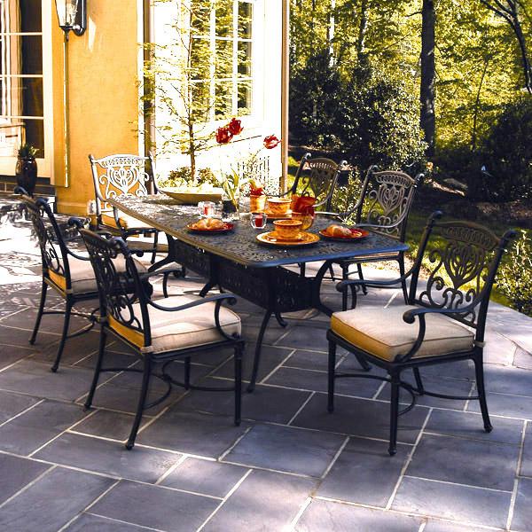 mesas e cadeiras em jardim