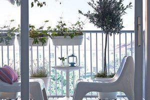 varanda com móveis brancos