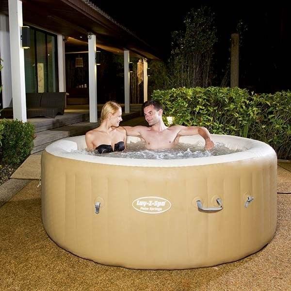 casal em spa inflável