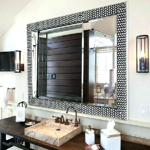 espelho retangular com moldura em banheiro