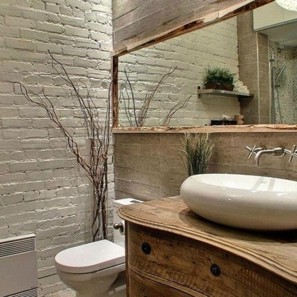 espelho com moldura de madeira em banheiro rústico
