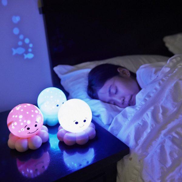 criança dormindo com luminárias em forma de polvos