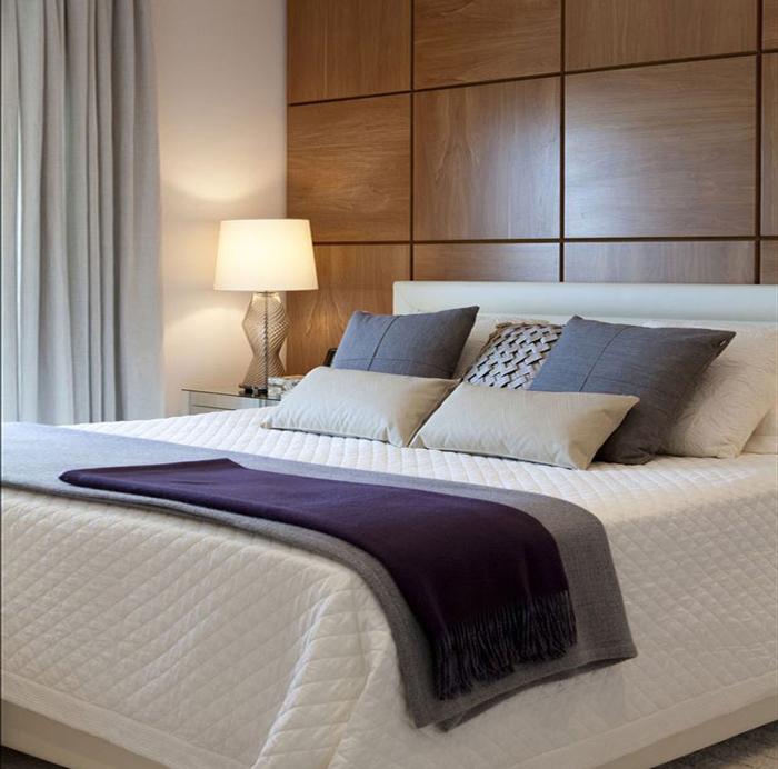 almofadas na cama