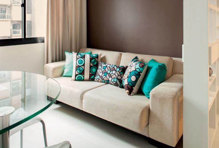 almofadas em sofá
