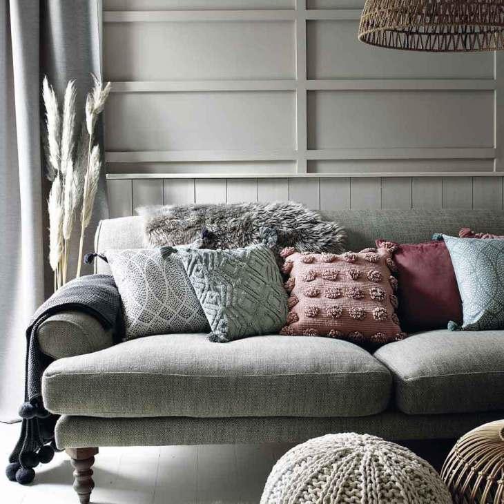 almofadas sobre sofá
