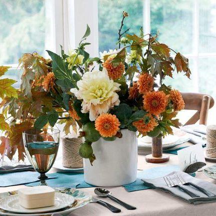 vaso com flores em mesa