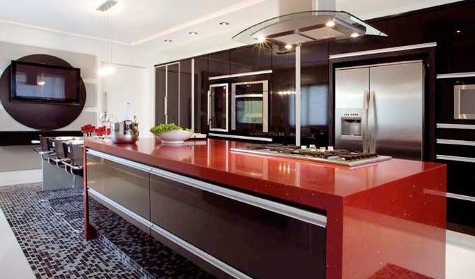 bancada vermelha em cozinha
