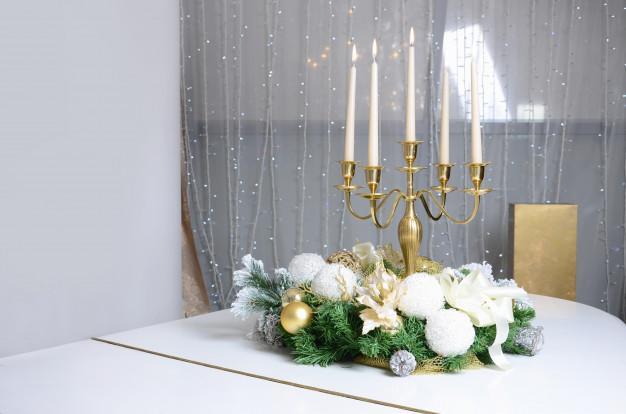 Candelabro com velas brancas