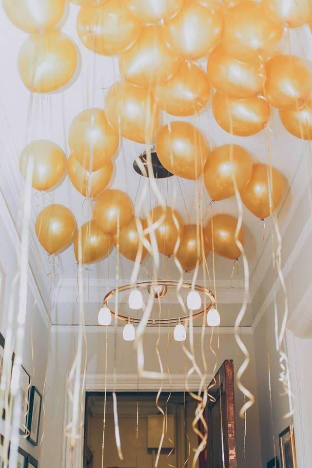 Decoração com balões amarelos no teto