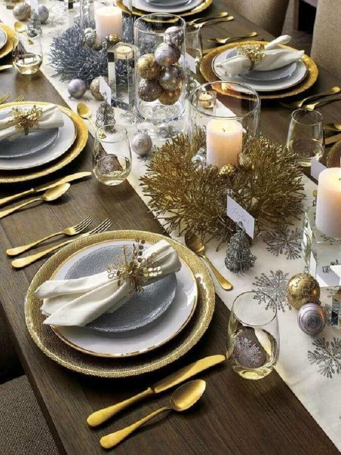 Talheres dourados em mesa de jantar