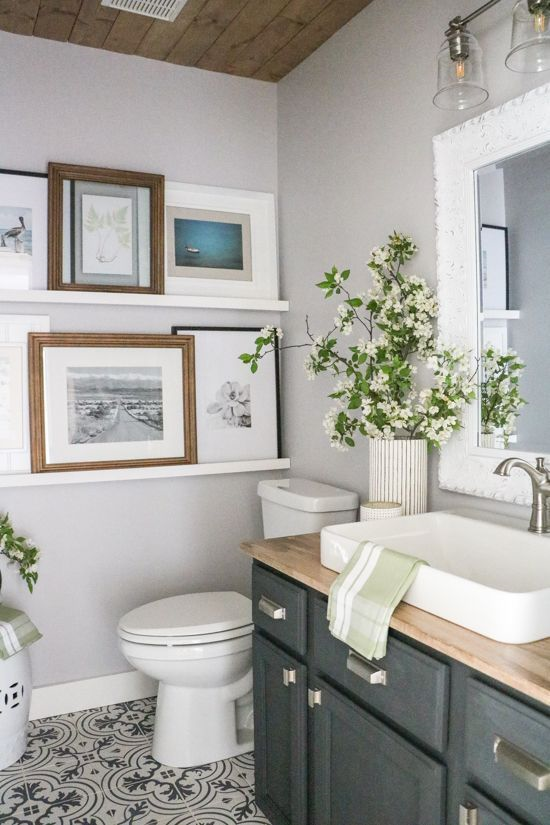 banheiro com molduras na parede