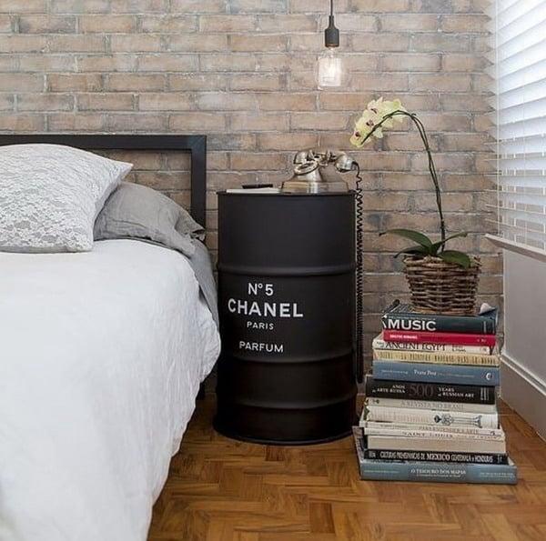 barril como criado-mudo em quarto
