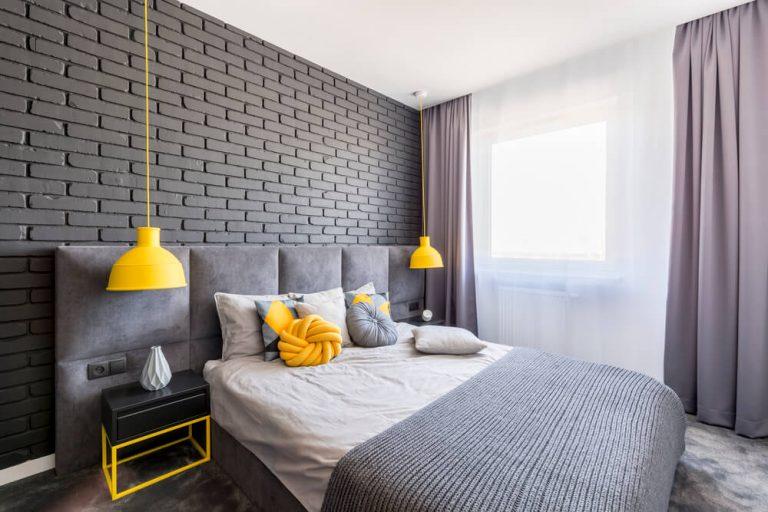 cor e textura em destaque em parede de quarto
