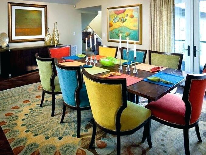 decoração com cadeiras coloridas em sala de jantar